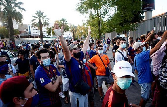 Fans Barca phá rào sân Nou Camp kêu gọi Messi ở lại ảnh 2