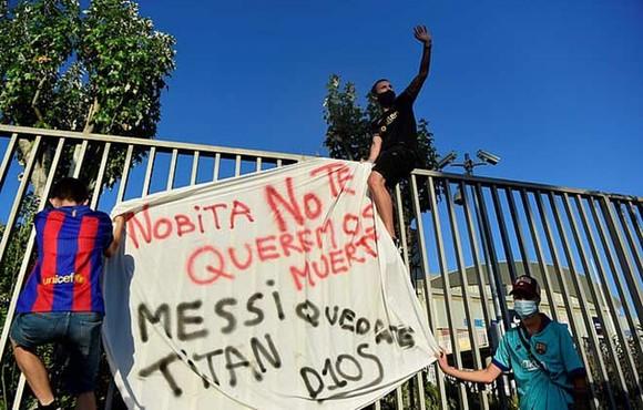 Fans Barca phá rào sân Nou Camp kêu gọi Messi ở lại ảnh 3