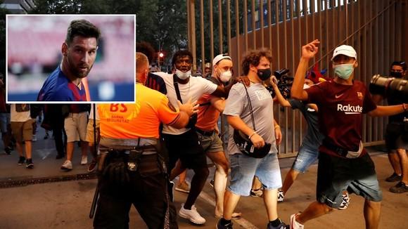 Fans Barca phá rào sân Nou Camp kêu gọi Messi ở lại ảnh 1