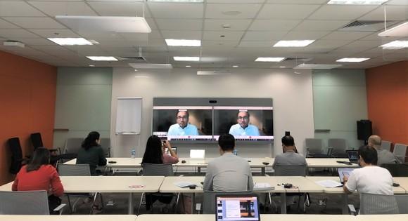Các phóng viên tham dự báo cáo trực tuyến báo cáo ở điểm cầu Hà Nội