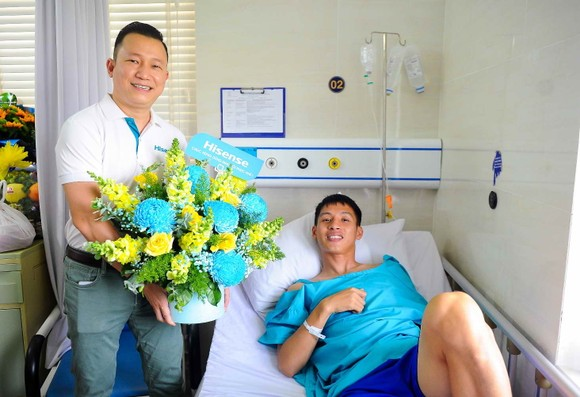 Ông Đỗ Kế Nghiêm (CEO Hisense Việt Nam) đến thăm Hùng Dũng