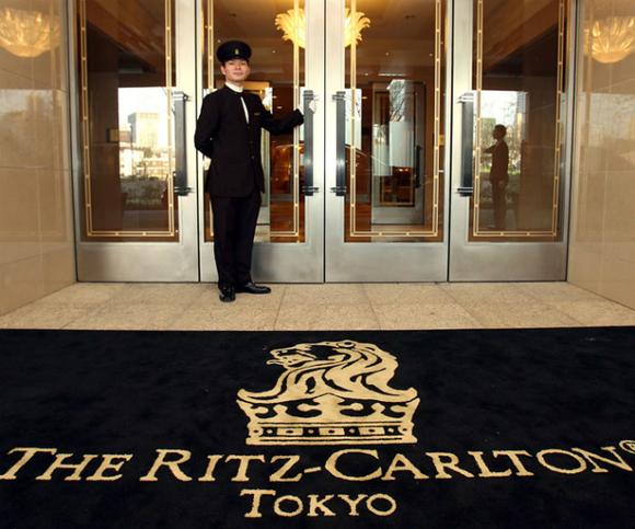 Logo của thương hiệu này là sự kết hợp giữa vương miện tượng trưng cho hoàng gia và sư tử đại diện cho sự giàu có