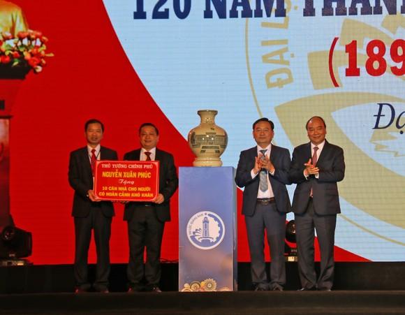 Thủ tướng Chính phủ Nguyễn Xuân Phúc tặng bình gốm sứ cho huyện Đại Lộc tỉnh Quảng Nam ảnh 1