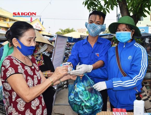 """Quảng Nam thí điểm chương trình """"Đổi rác thải nhựa lấy sản phẩm phòng chống dịch Covid-19"""" ảnh 1"""