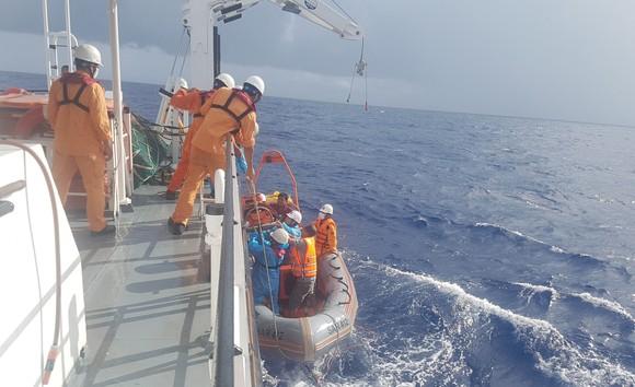 Cứu thuyền viên bị chấn thương nặng khi đang hành nghề trên vùng biển quần đảo Hoàng Sa ảnh 2
