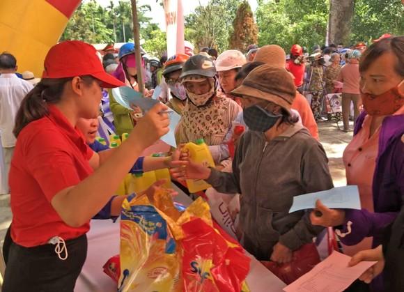 Phó Chủ tịch nước Đặng Thị Ngọc Thịnh thăm, tặng quà cho các em học sinh, hộ nghèo huyện Đại Lộc, Quảng Nam ảnh 4