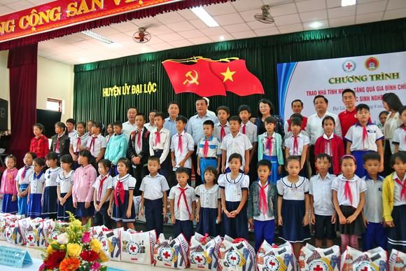 Phó Chủ tịch nước Đặng Thị Ngọc Thịnh thăm, tặng quà cho các em học sinh, hộ nghèo huyện Đại Lộc, Quảng Nam ảnh 1