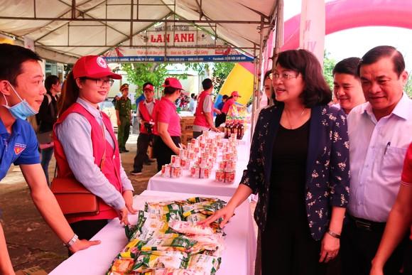 Phó Chủ tịch nước Đặng Thị Ngọc Thịnh thăm, tặng quà cho các em học sinh, hộ nghèo huyện Đại Lộc, Quảng Nam ảnh 3