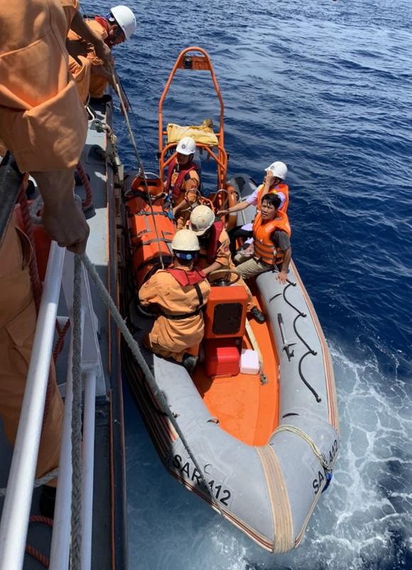 Cứu thuyền viên bị tai biến khi đang hành nghề trên vùng biển quần đảo Hoàng Sa ảnh 2