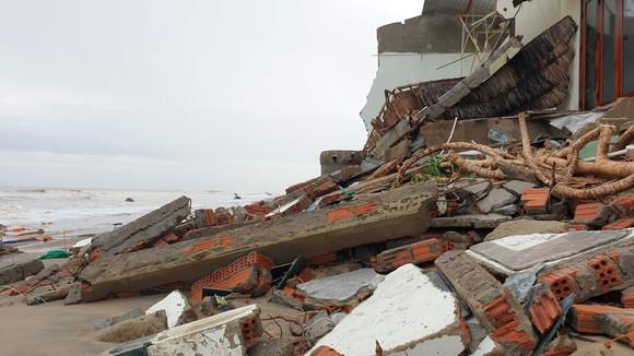 Sau bão số 13, bãi biển miền Trung bị sóng đánh tan tác ảnh 8