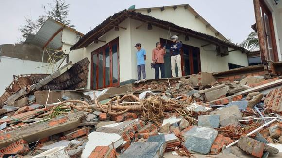 Sau bão số 13, bãi biển miền Trung bị sóng đánh tan tác ảnh 7