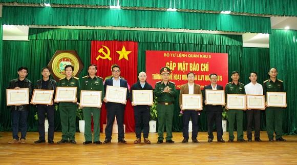 Quân khu 5 phối hợp chặt chẽ với báo chí tuyên truyền hiệu quả trong năm 2021 ảnh 5