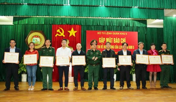 Quân khu 5 phối hợp chặt chẽ với báo chí tuyên truyền hiệu quả trong năm 2021 ảnh 4