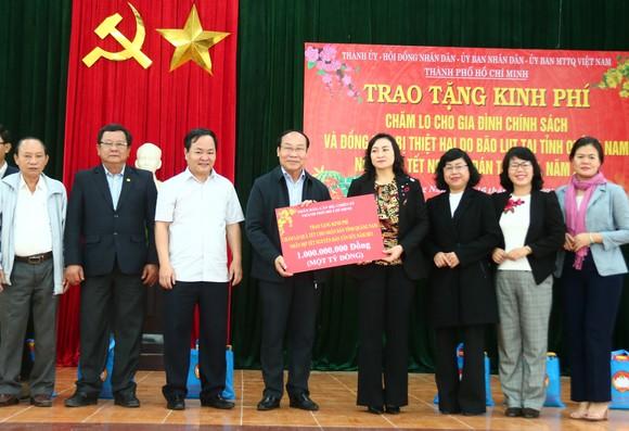 TPHCM trao quà chăm lo tết cho người dân Quảng Nam, Quảng Ngãi ảnh 2