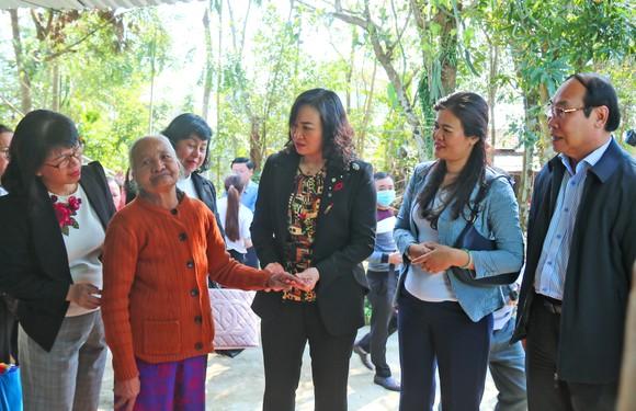 TPHCM trao quà chăm lo tết cho người dân Quảng Nam, Quảng Ngãi ảnh 3