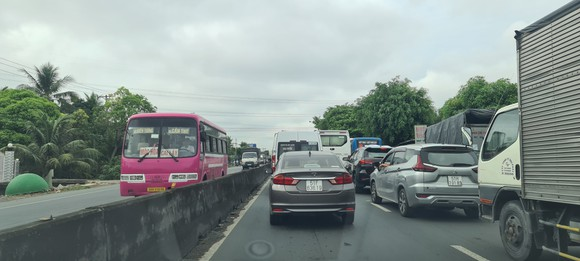 Tiền Giang: Quốc lộ 1 kẹt xe kéo dài do tai nạn giao thông ảnh 3