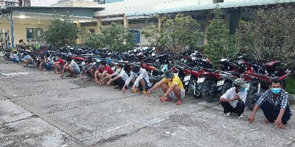Bắt quả tang nhóm đối tượng tổ chức đá gà ăn tiền tại Tiền Giang ảnh 1