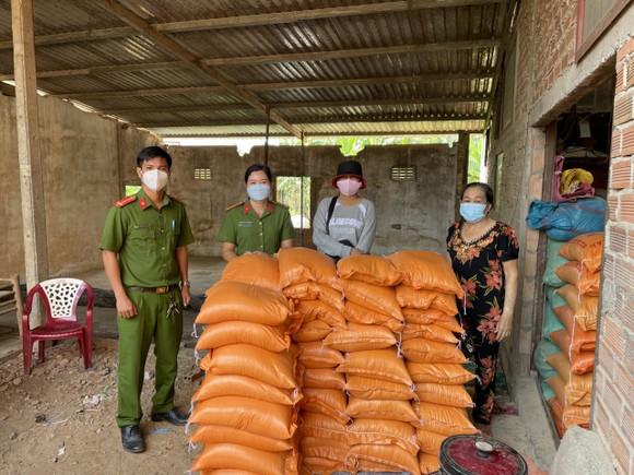 Công an huyện Đức Hòa hỗ trợ gần 35 tấn gạo và nhiều rau củ cho người lao động ảnh 1