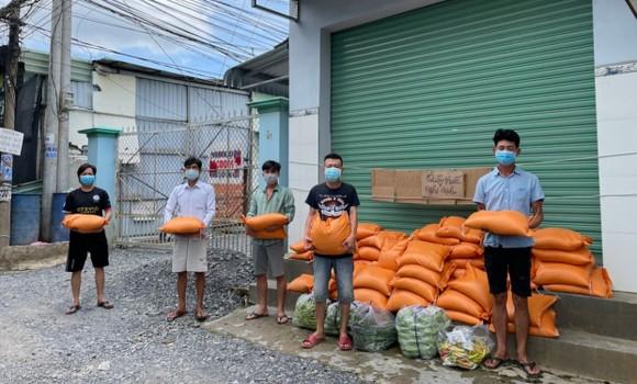 Công an huyện Đức Hòa hỗ trợ gần 35 tấn gạo và nhiều rau củ cho người lao động ảnh 2