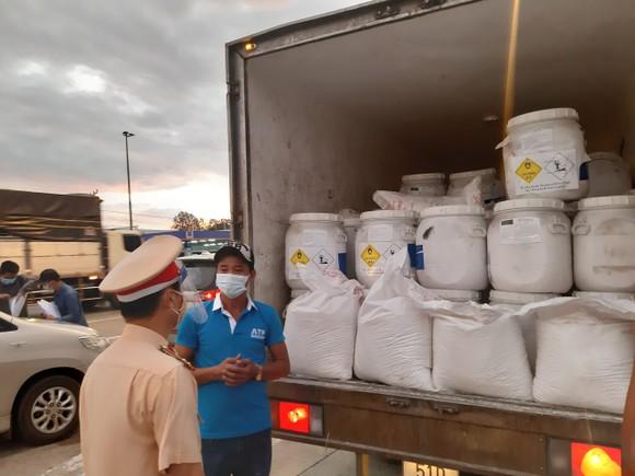 Bắt quả tang xe tải luồng xanh chở 7 tấn hóa chất không rõ nguồn gốc