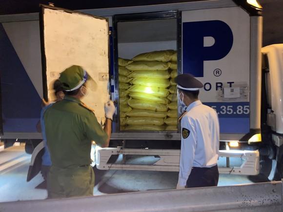 Bắt quả tang xe tải luồng xanh chở 7 tấn hóa chất không rõ nguồn gốc ảnh 3
