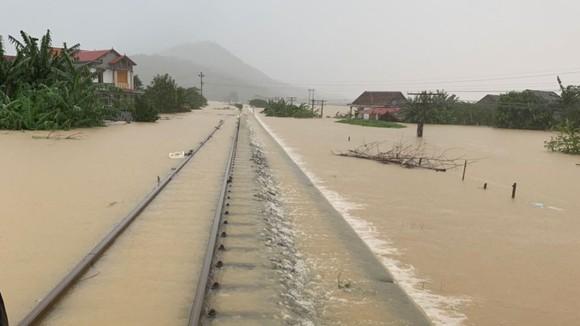 Quảng Bình: Hơn 5km đường sắt Bắc - Nam bị nhấn chìm trong lũ  ảnh 1