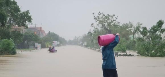 Quảng Bình: Hơn 5km đường sắt Bắc - Nam bị nhấn chìm trong lũ  ảnh 2