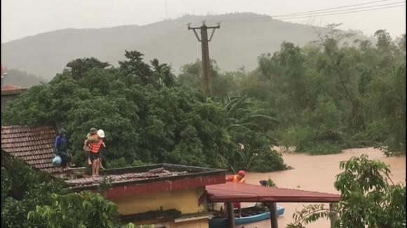 Quảng Bình: Còn hơn 95.000 nhà dân chìm trong biển nước ảnh 11