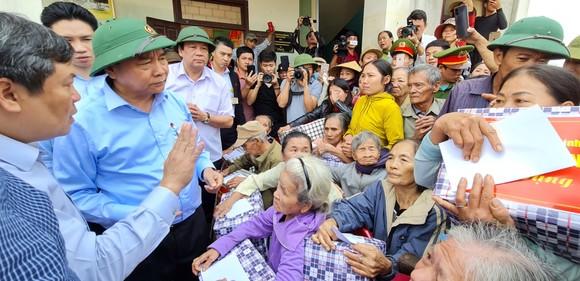 Thủ tướng Nguyễn Xuân Phúc làm việc với các tỉnh miền Trung về khắc phục hậu quả cơn lũ lịch sử ảnh 6