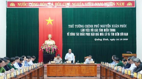Thủ tướng Nguyễn Xuân Phúc làm việc với các tỉnh miền Trung về khắc phục hậu quả cơn lũ lịch sử ảnh 1