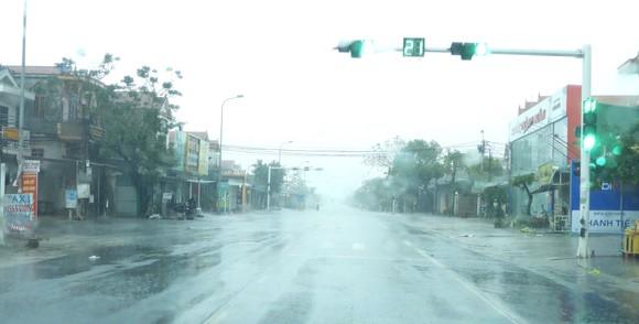 Quảng Bình mưa trắng trời, Huế cây cối ngã đổ ảnh 11