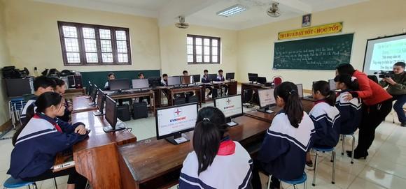 Điện lực TPHCM trao 100 bộ máy tính cho các trường vùng lũ ở Quảng Bình ảnh 3