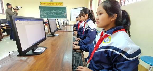 Điện lực TPHCM trao 100 bộ máy tính cho các trường vùng lũ ở Quảng Bình ảnh 2