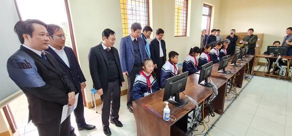 Điện lực TPHCM trao 100 bộ máy tính cho các trường vùng lũ ở Quảng Bình ảnh 1