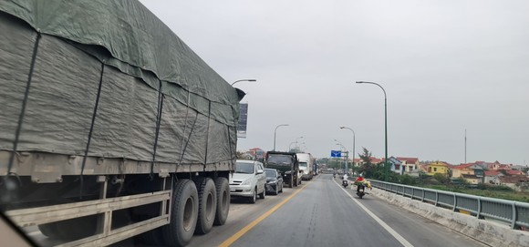 Ùn tắc trạm BOT Quán Hàu do xe tải nổ lốp gây cháy ảnh 2