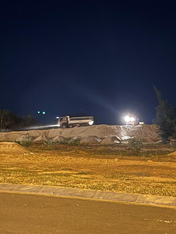 Quảng Bình: Đường ra biển bị bít vì xã cho thuê làm bãi chứa cát tận thu ảnh 1