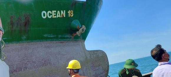 Tiếp nhận 3 thuyền viên bị chìm tàu sau va chạm với tàu hàng OCEAN 18 ảnh 2