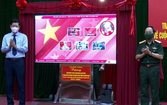 Bộ Quốc phòng tặng phần mềm 3D về Cuộc đời và sự nghiệp của Đại tướng Võ Nguyên Giáp cho tỉnh Quảng Bình ảnh 1