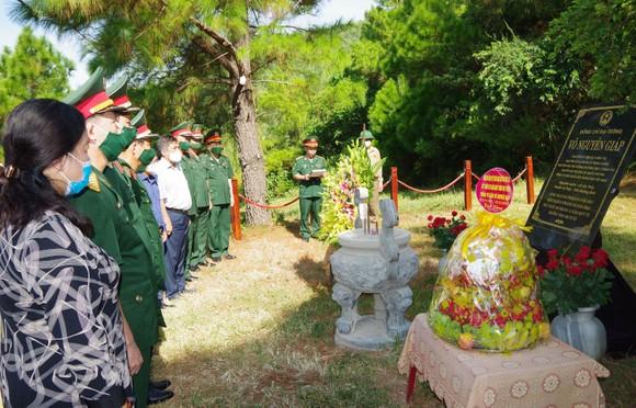 Bộ Quốc phòng tặng phần mềm 3D về Cuộc đời và sự nghiệp của Đại tướng Võ Nguyên Giáp cho tỉnh Quảng Bình ảnh 2