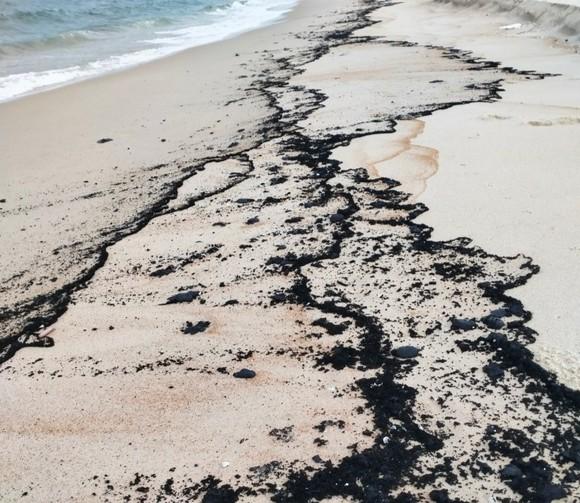 Vệt dầu tràn vào biển Hải Ninh