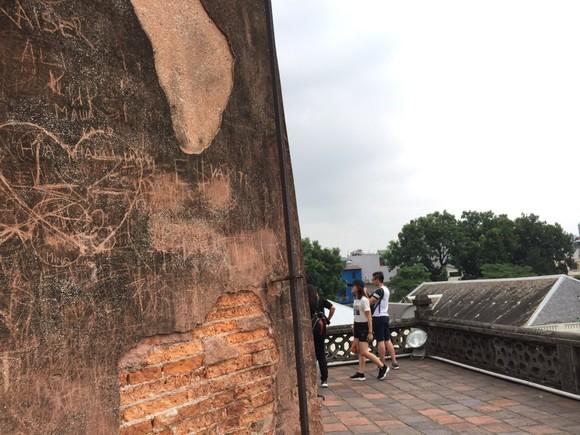 Di tích lịch sử bị vấy bẩn ở Hà Nội ảnh 6
