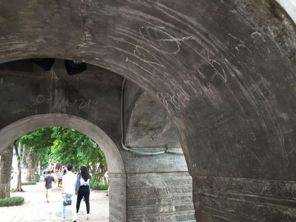 Di tích lịch sử bị vấy bẩn ở Hà Nội ảnh 8