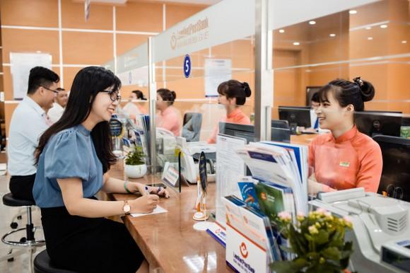 Khách hàng giao dịch tại LienVietPostBank