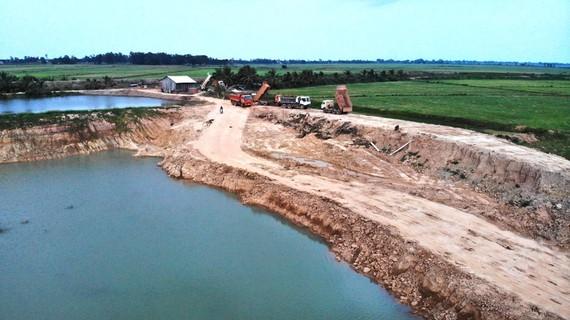 Ao cá bị biến thành hồ sâu gần chục mét ở huyện Tân Hưng (Long An)