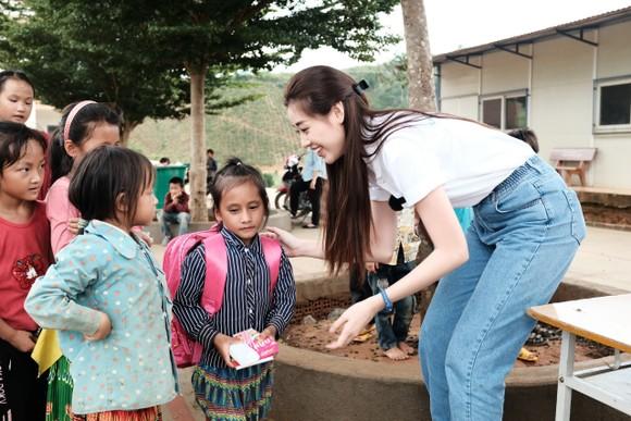 Hoa hậu Khánh Vân cùng ngôi nhà OBV trao hơn 500 phần quà cho học sinh tại Đắk Nông ảnh 3