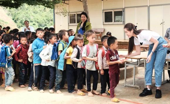 Hoa hậu Khánh Vân cùng ngôi nhà OBV trao hơn 500 phần quà cho học sinh tại Đắk Nông ảnh 1