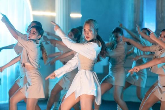 MV mới của Mỹ Tâm lọt Top 9 YouTube sau 12 giờ ra mắt ảnh 4