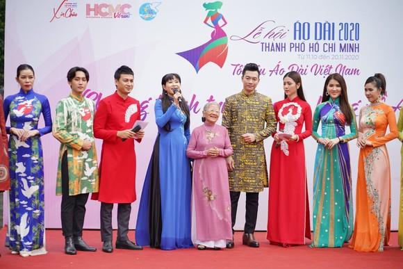 NSƯT Phi Điểu và nhiều nghệ sĩ truyền cảm hứng tình yêu áo dài tại các điểm du lịch TPHCM ảnh 4