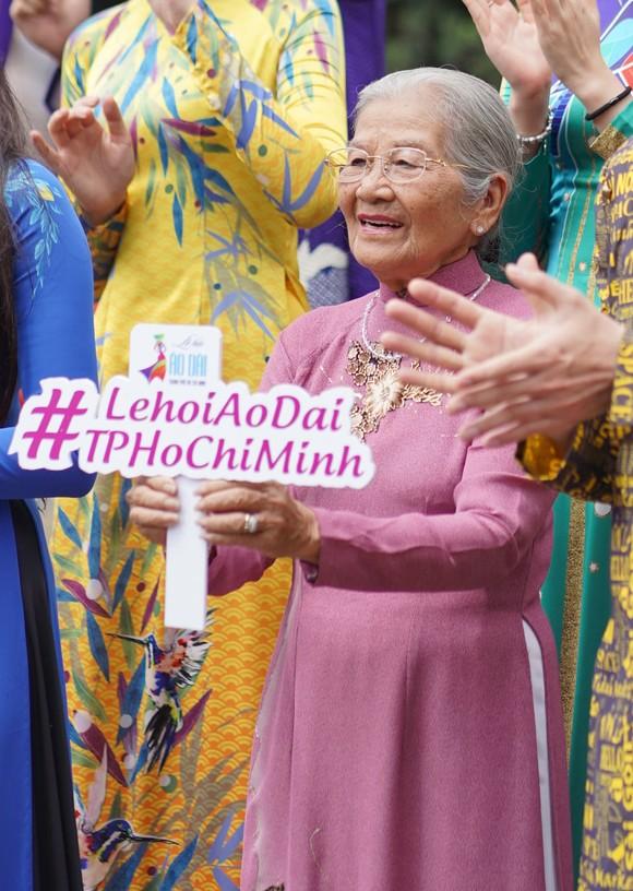NSƯT Phi Điểu và nhiều nghệ sĩ truyền cảm hứng tình yêu áo dài tại các điểm du lịch TPHCM ảnh 3