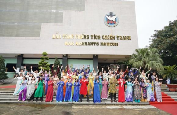 NSƯT Phi Điểu và nhiều nghệ sĩ truyền cảm hứng tình yêu áo dài tại các điểm du lịch TPHCM ảnh 1